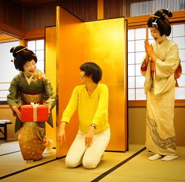 横浜名物、サプライズトラトラ。こっそりプレゼントを忍ばせて。#横浜観光 #横浜芸者 #横浜 #芸者  #geisya #芸妓 #トラトラ